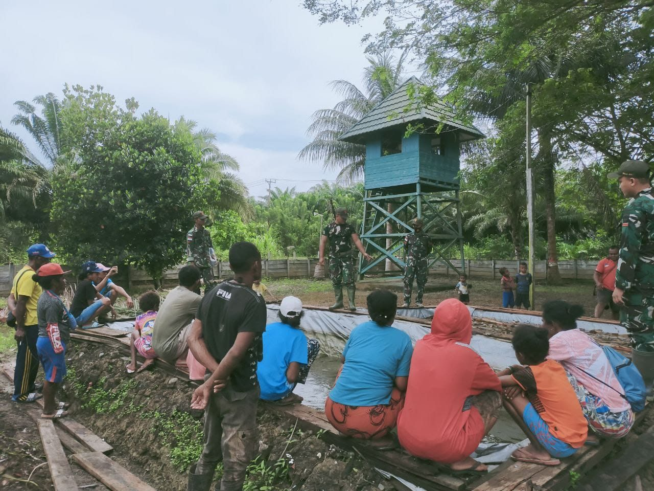 Manfaatkan Lahan Kosong, Satgas Yonif 131 Ajarkan Warga Budidaya Lele di Kolam Terpal