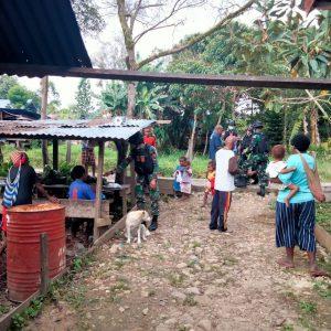 Jelang HUT Ke 56, Satgas Yonif 403 Berbagi Pakaian Layak Pakai di Kampung Kutdol