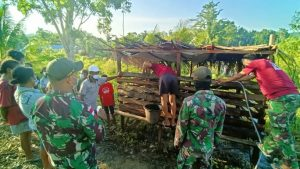 Satgas Yonif 131 Ajarkan Warga Kampung Yowong Cara Beternak