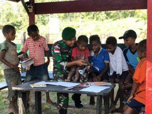 Satgas Yonif 403 Ajarkan Baca Tulis Kepada Anak Usia Dini di Perbatasan RI-PNG