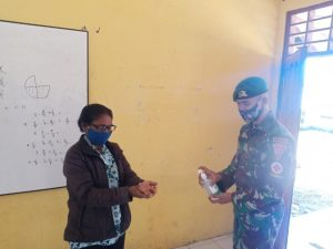 Satgas Yonif 742 Ajak Siswa-Siswi SD Perbatasan Terapkan Prokes Covid-19
