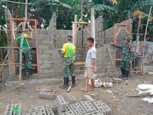 Satgas Yonarmed 6/3 Bersama Warga Dusun Ahain Bangun MCK