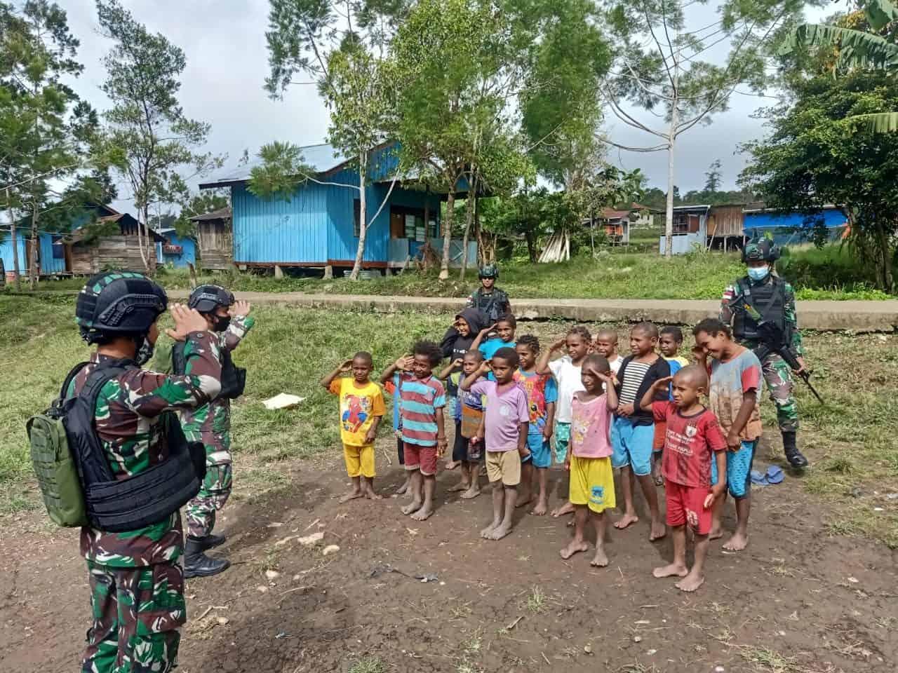 Isi Liburan Sekolah, Satgas Yonif 403 Latih Anak Perbatasan Baris Berbaris
