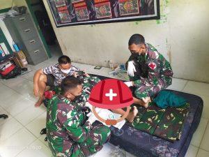Danpos Satgas Pamtas RI-Malaysia Yonif 144/JY Khitan anak Warga di Batas Negeri
