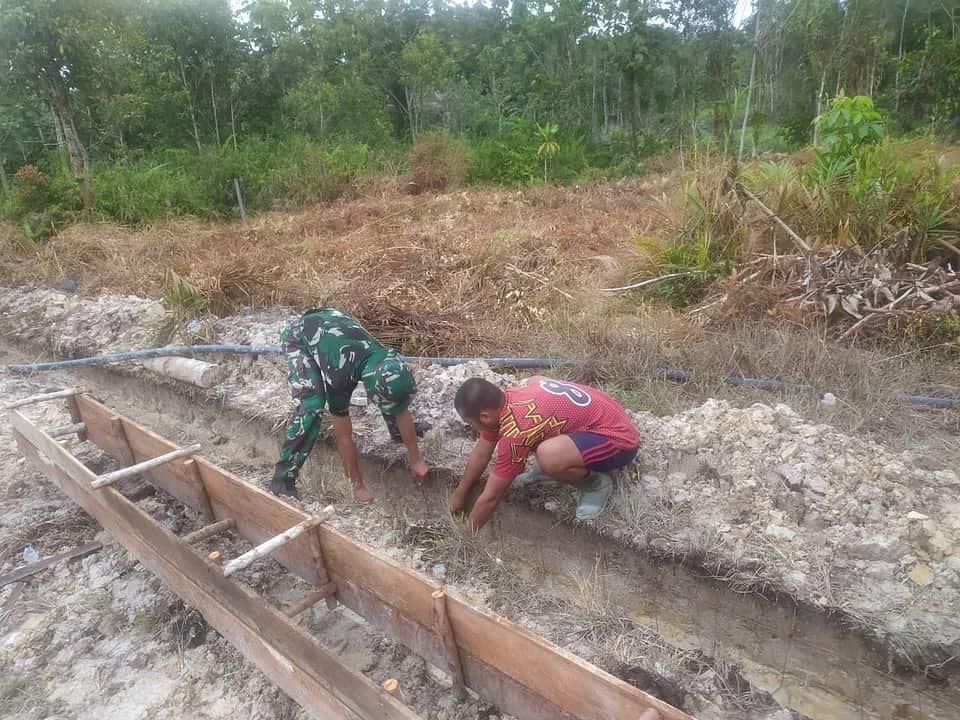 Satgas Yonif 144/JY Gelar Karya Bhakti Pembuatan Drainase Bersama Masyarakat Sungai Senunuk