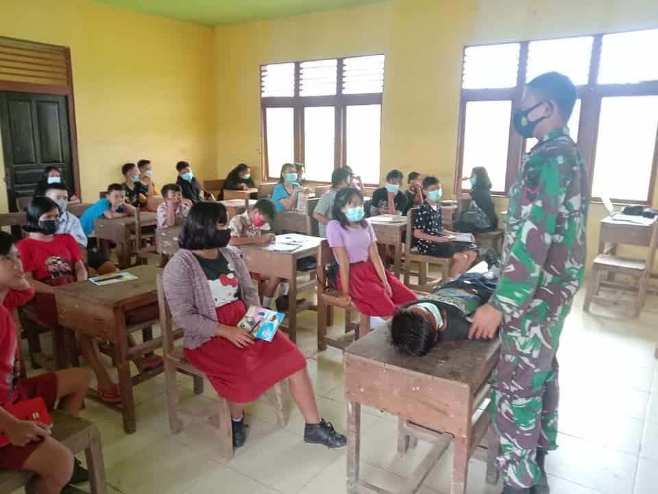 Personel Satgas Yonif 144/JY Sosialisasikan Penanganan Penyakit Menular dan Pertolongan Pertama bagi Siswa Perbatasan