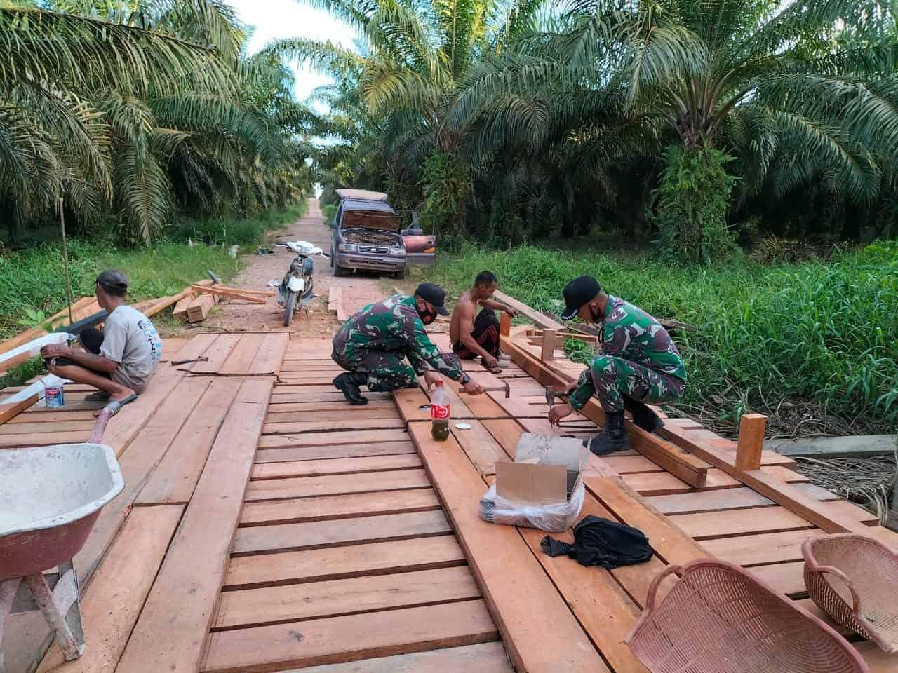 Tetap Patuhi Prokes, Personel Satgas Yonif 144/JY Gotong royong Pembuatan Jembatan di Perbatasan