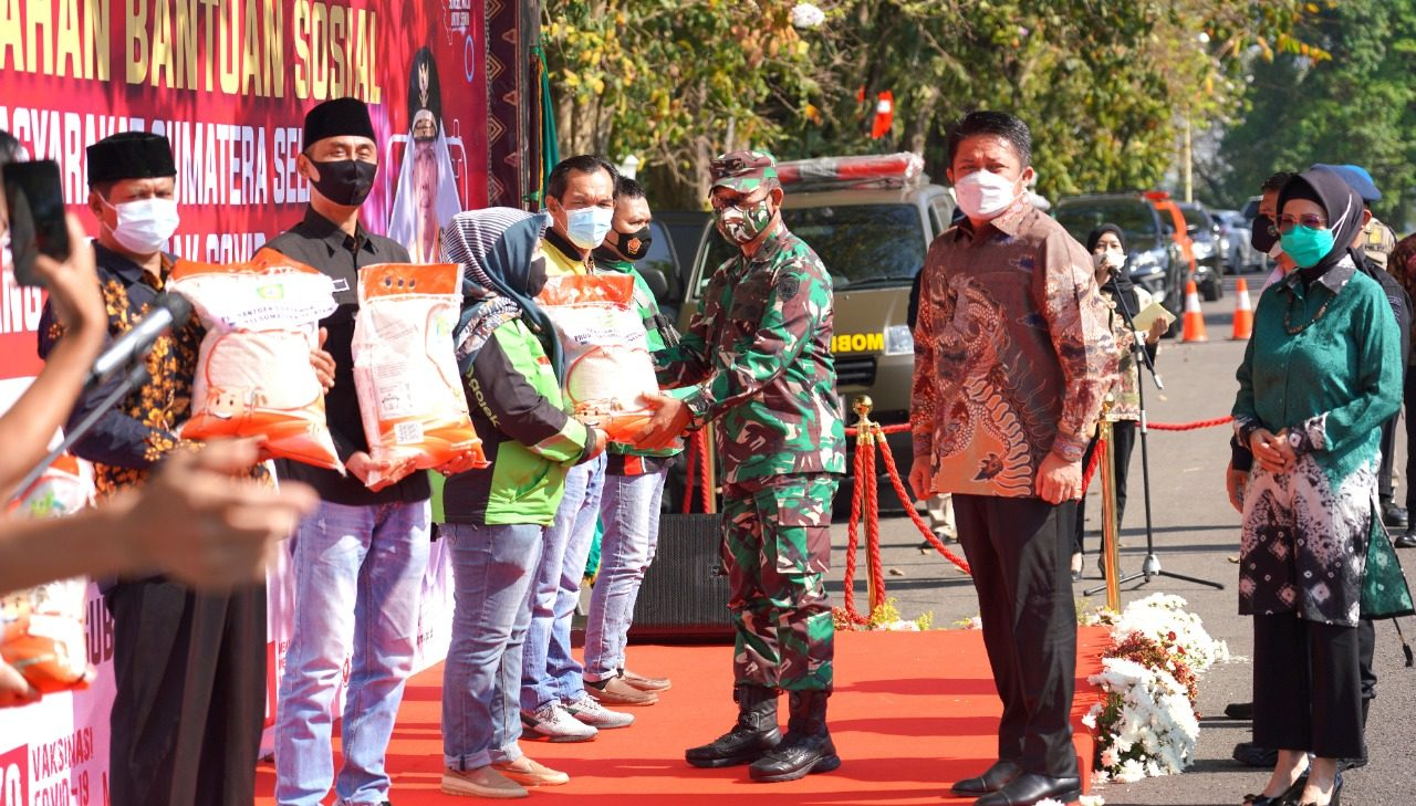 Kapoksahli Pangdam II/Swj Hadiri Penyerahan Bansos Masyarakat Sumsel Terdampak Covid -19