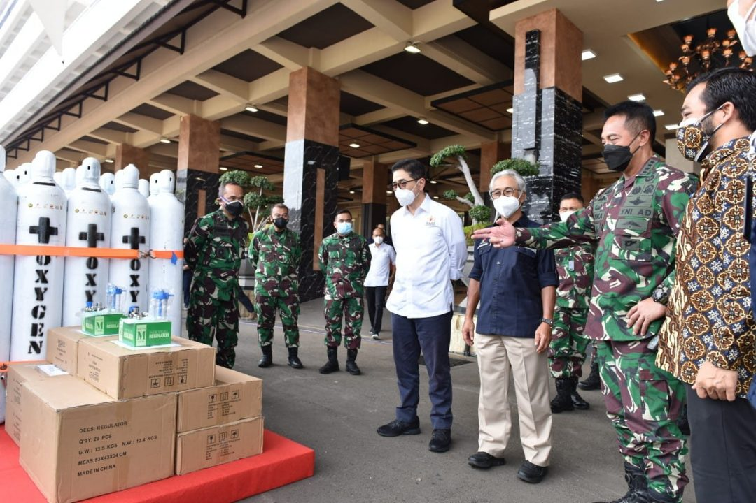 TNI AD Terima 380 Tabung Oksigen Dari SSK Migas dan Kadin