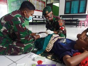 Gelar Yankes, Satgas Yonarmed 6/3 Sunat Dua Anak Warga Dusun Motamasin