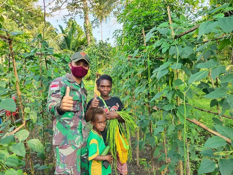 Satgas Yonif 131 Ajak Warga Kampung Kibay Kaliasin Berkebun Sayuran