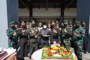 HUT Bhayangkara Ke-75, Kodam XVIII/Kasuari Beri Kejutan Untuk Polda Papua Barat