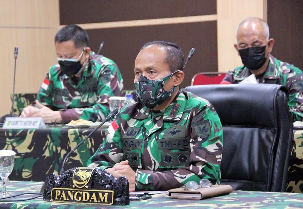 Pangdam XVII/Cenderawasih Ikuti Vicon Dengan Panglima TNI Bahas Serbuan Vaksinasi Covid-19 dan PPKM