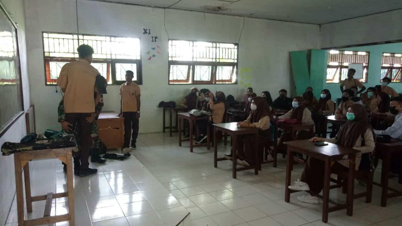 Satgas Yonif 131 Latihkan P3K di SMA Perbatasan RI-PNG