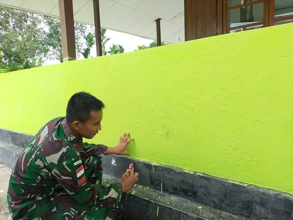 Gelar Minggu Bersih, Satgas Yonif 403 Gotong Royong Bersihkan Masjid di Kampung Workwana