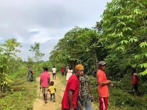 Satgas Yonif 131 Bersama Warga Bersihkan Jalan Kampung Baburia
