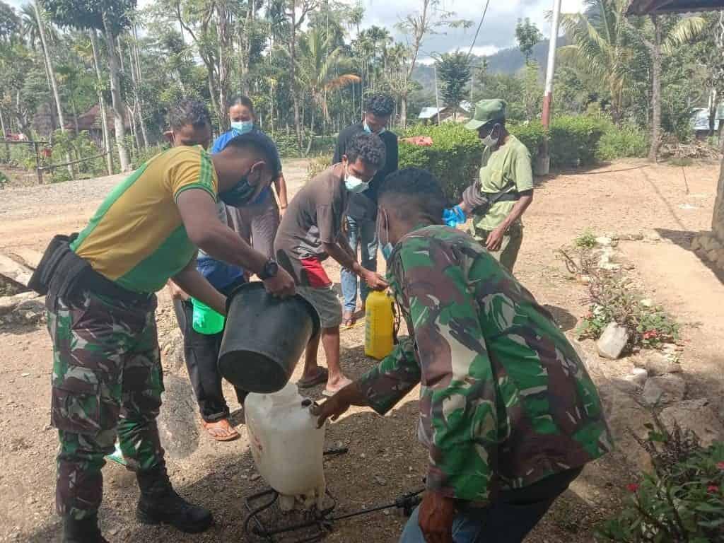 Cegah Covid-19 Satgas Yonarmed 6/3 Semprotkan Disinfektan di Desa Ninulat
