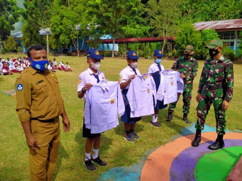 Satgas Yonif 131 Bagikan Seragam Sekolah di SMPN 4 Abepura Papua