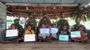 Satgas Yonif 512 Ajak Anak-Anak Patuhi Prokes di Perbatasan Papua Sambil Berkreasi
