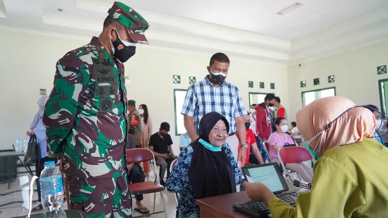 Semangat Nenek Tua 91 tahun Ingin Divaksin Mendapatkan Perlakuan Spesial Danrem 061/SK