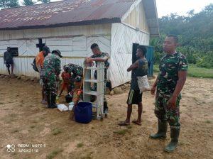 Satgas Yonif 403 Bersama Masyarakat Benahi Gereja di Perbatasan RI-PNG