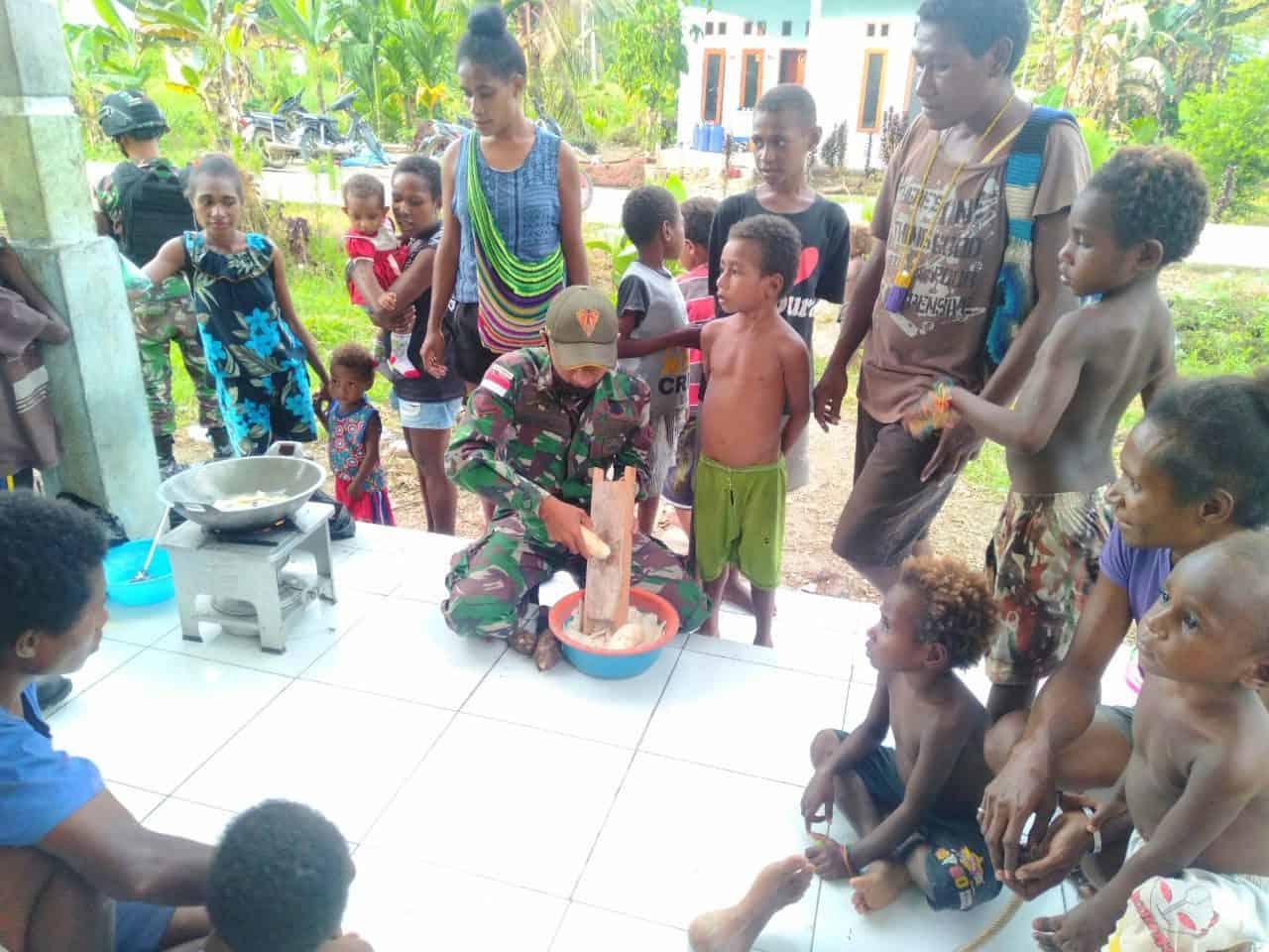 Satgas Yonif 131 Bersama Warga Kampung Woro Produksi Kripik Balado Bramoss
