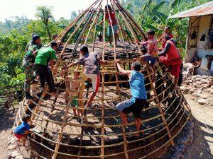 Satgas Yonarmed 6/3 Bersama Warga Bangun Rumat Adat di Dusun Oeana