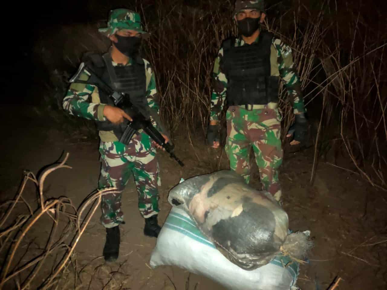 Satgas Yonif 742 Amankan 2 Karung Pakaian Bekas Ilegal Asal Timor Leste