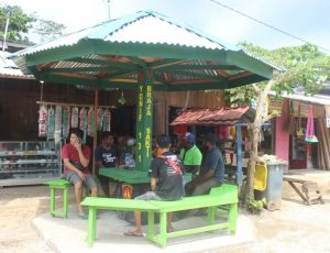 Satgas Yonif 131 Bangun Poskamling di Pasar Perbatasan Skouw