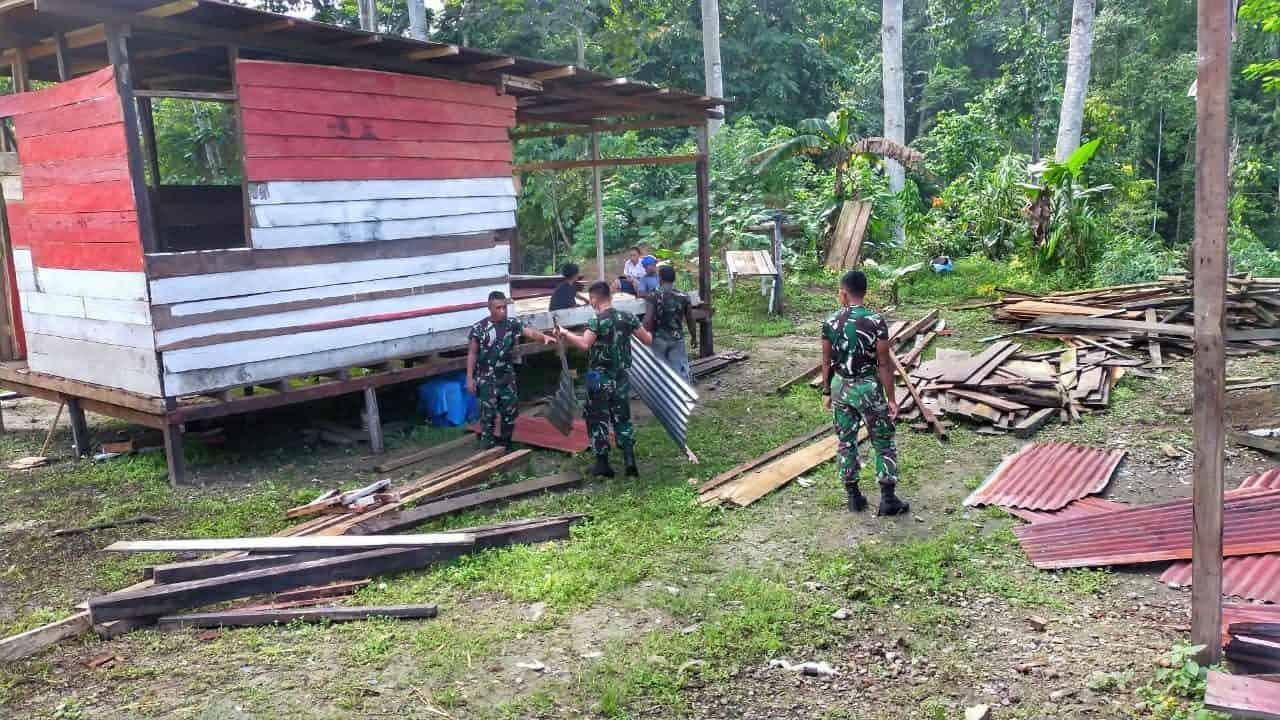 Satgas Yonif 512 Gotong Royong Dirikan Rumah Tokoh Adat di Perbatasan Papua