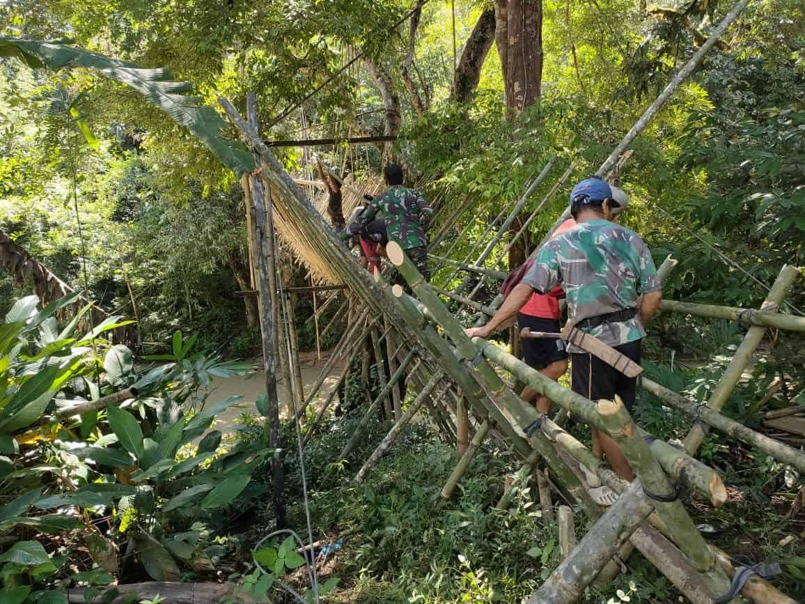 Gotong-Royong Satgas Pamtas Yonif Mekanis 643/Wns Bersama Masyarakat Perbatasan Perbaiki Jembatan Gantung.