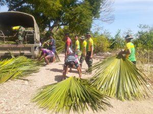 Peduli Lingkungan, Satgas Yonarmed 6/3 Bersihkan Pantai Dusun Oepoli