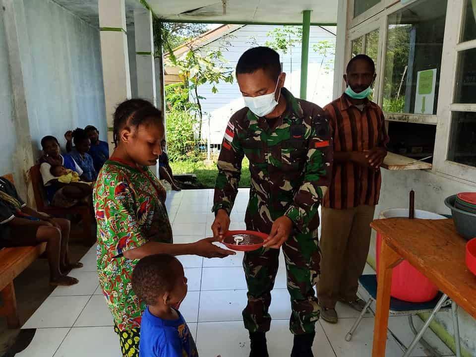Jaga Kesehatan Generasi Penerus, Satgas Yonif 403 Gelar Posyandu di Kampung Iwur Papua