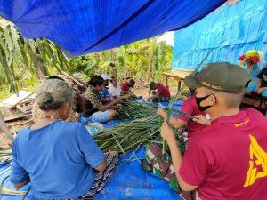 Tingkatkan Ekonomi Masyarakat, Satgas Yonif 131 Latih Mama-Mama Perbatasan Buat Sapu Lidi Gagang