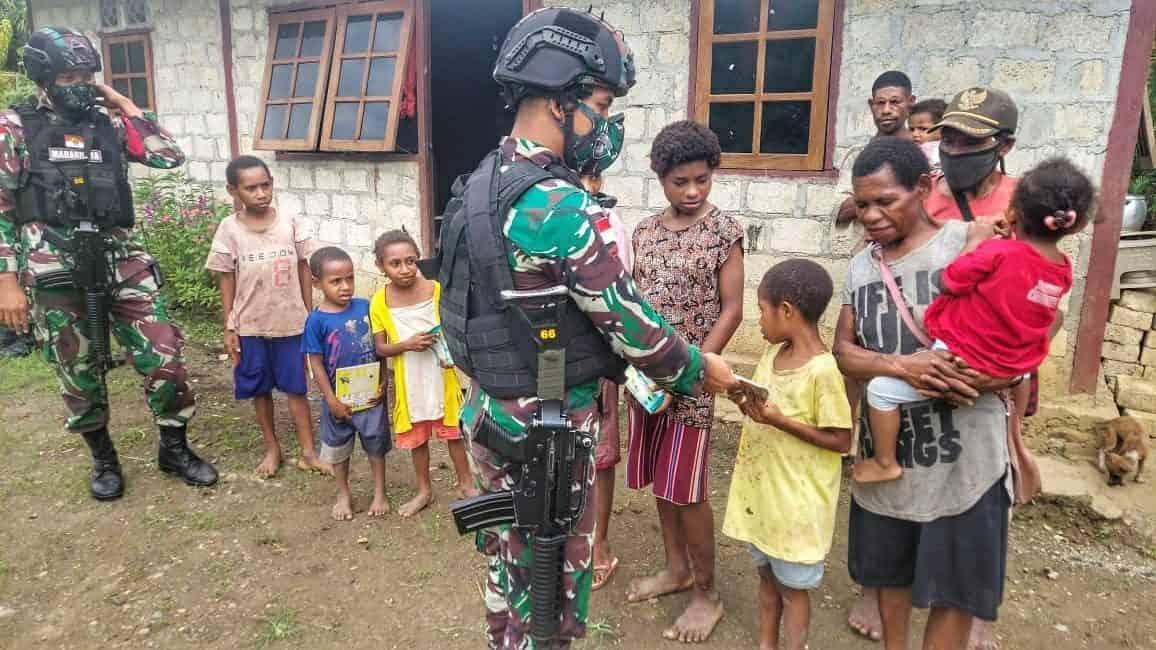 Peduli Pendidikan, Satgas Yonif 512 Bagikan Perlengkapan Sekolah di Tapal Batas Papua
