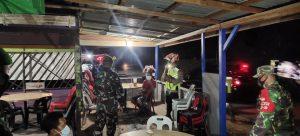Satgas Yonif Mekanis 643/Wns Bersama Instansi Terkait Patroli Malam Sosialisasi Prokes dan PPKM di Wilayah Perbatasan