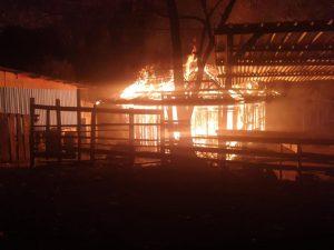 Satgas Pamrahwan Yonif RK 751/VJS Sigap Bantu Evakuasi Warga Korban Kebakaran
