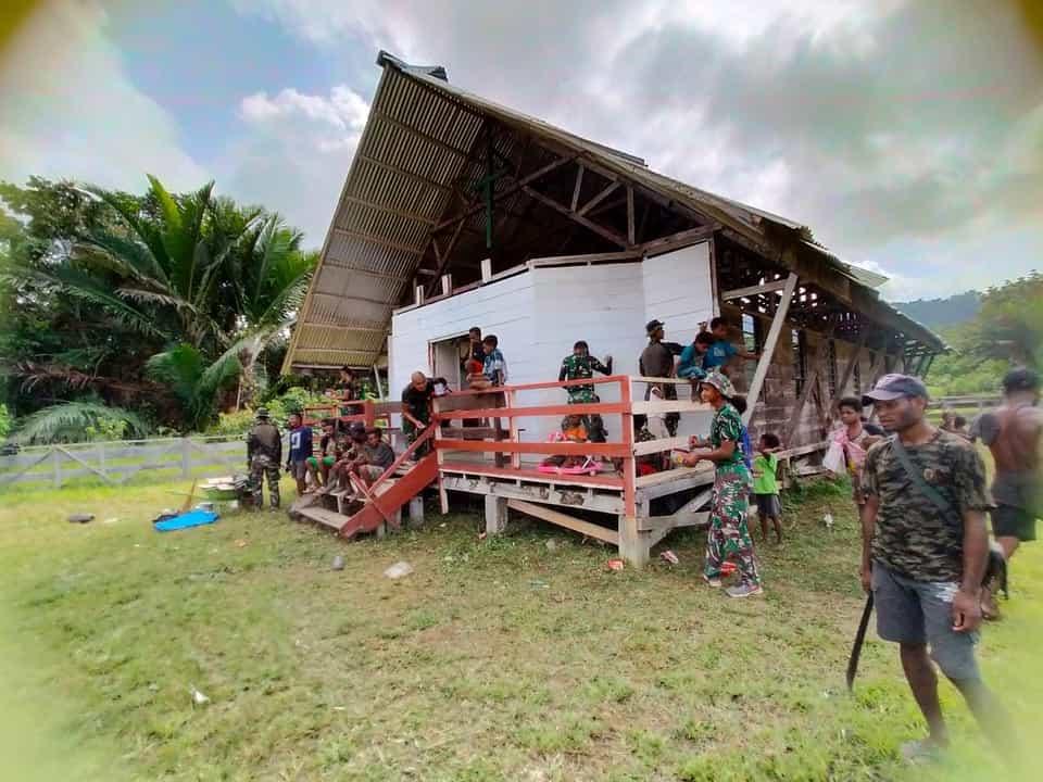 Satgas Yonif 403 Bersama Warga Benahi Gereja di Perbatasan RI-PNG