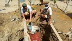 Penuhi Kebutuhan Air Bersih, Satgas Yonif 131 Bersama Masyarakat Buat Sumur di Skouw Sae Papua