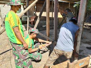 Satgas Yonarmed 6/3 Membantu Pembuatan Rumah Warga Perbatasan