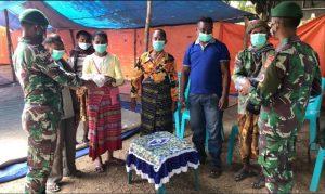 Tekan Laju Kasus Covid-19, Satgas Yonif 742 Bagikan Ribuan Masker di Perbatasan