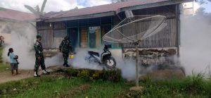 Cegah Malaria dan DBD, Satgas Yonarmed 6/3 Gelar Fogging di Desa Perbatasan