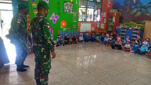 Sambut Tahun Ajaran Baru, Satgas Yonif 512/QY Bagikan Alat Tulis Kepada Anak-anak di Tapal Batas