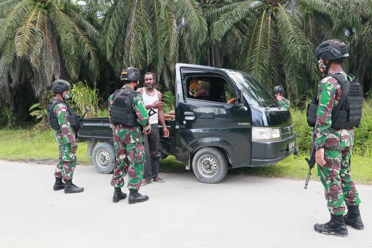 Cegah Peredaran Barang Ilegal, Satgas Yonif 403 Gelar Pemeriksaan di Jalan Trans Papua