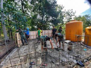 Satgas Yonarmed 6/3 Bersama Warga Siapkan Bak Penampungan Air di Desa Inbate