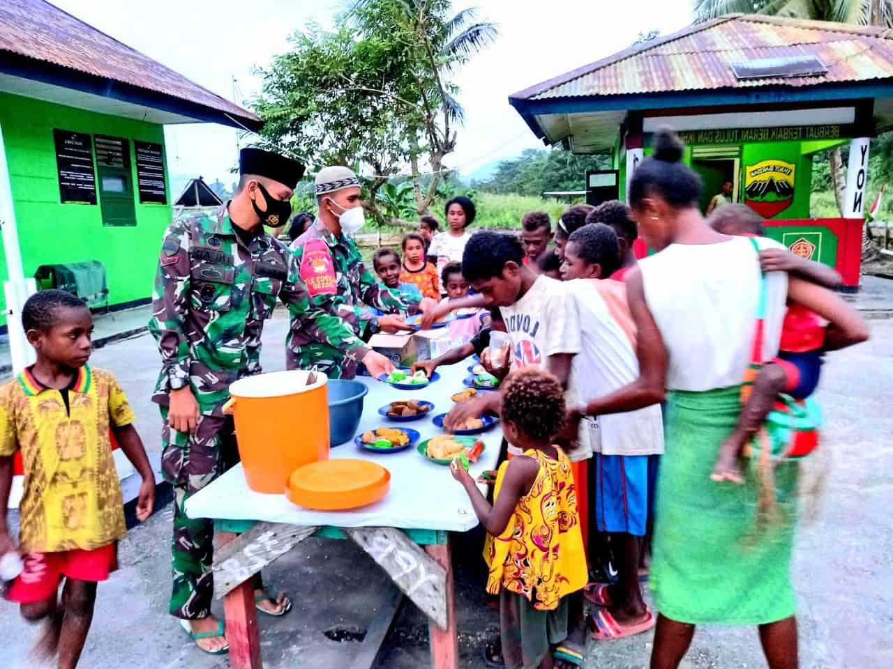 Jumat Berkah, Satgas Yonif 131 Berbagi Makanan Bergizi Untuk Anak-anak Papua