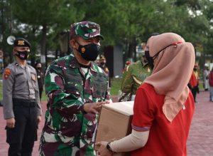 Pangdam I/BB dan Kapoldasu Salurkan Bansos Untuk Pelaku Usaha Terdampak PPKM Darurat
