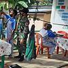 Personel Satgas Yonif 144/JY Bantu Tenaga Medis Posyandu di Mensiau