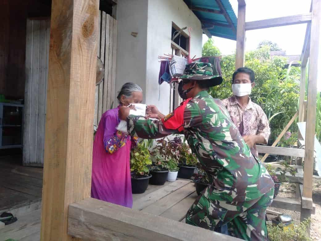 Satgas Pamtas Yonif Mekanis 643/Wns Sosialisasi PPKM Sambil Bagi Masker Gratis di Wilayah Perbatasan