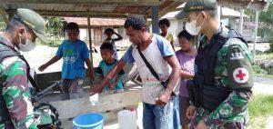 TNI Mengajarkan Warga Membuat Hand Sanitizer di Papua